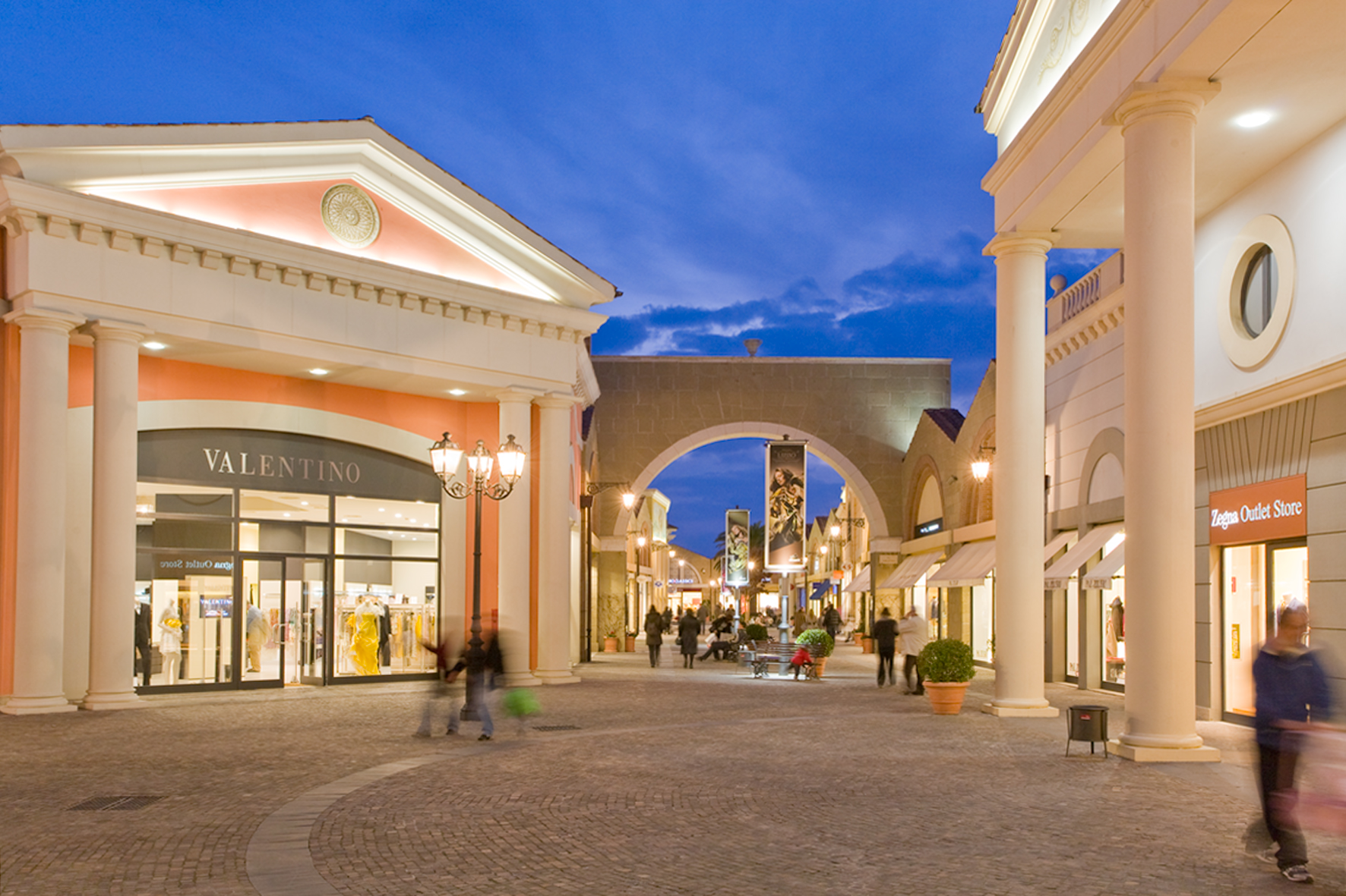 Welcome to Stanford Shopping Center, Northern California's premier open-air shopping and dining destination with Bloomingdale's, Macy's, Nordstrom, Neiman Marcus, Wilkes Bashford and more than world-class specialty stores, ranging from luxury brands to local favorites.
