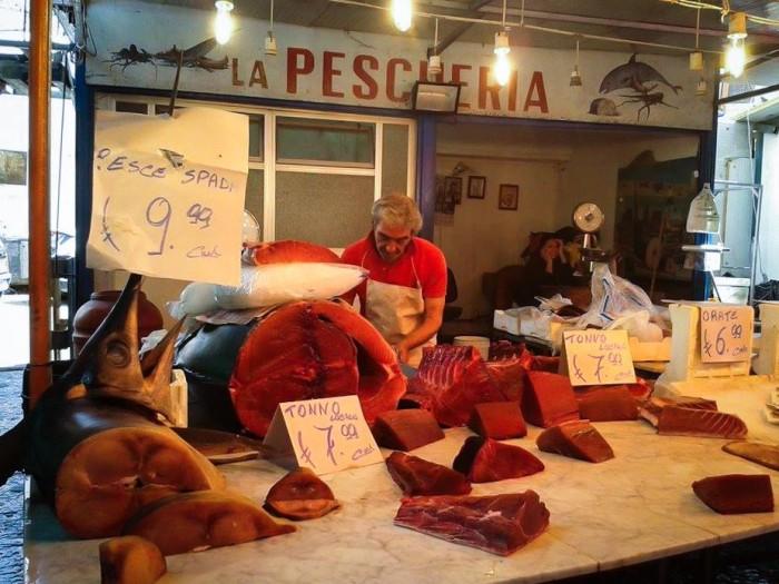 Uno delle tante pescherie di Ballarò (Palermo)