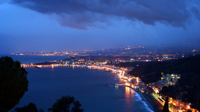 Gulf_of_Naxos_(night)_seen_from_Villa_Diodoro_-_Taormina_-_Italy_2015_(2)-3