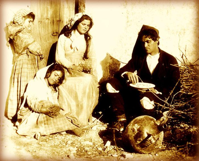 Ritratto di una famiglia di contadini siciliani a Taormina.