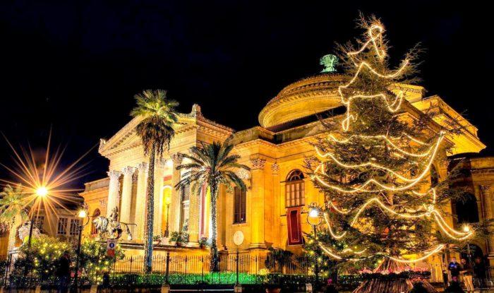 I colori, le luci, l'atmosfera delle feste di fine anno a Palermo vi stupiranno.
