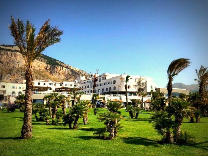 Il resort è immerso in un parco mediterraneo proprio di fronte alla spiaggia