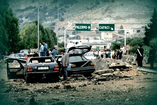 La strage di Capaci del 23 maggio 1992 dove persero la vita Falcone e la moglie Morvillo.