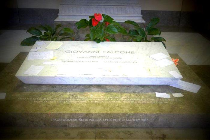La pietra tombale recita: Giovanni Falcone magistrato eroe nella lotta alla mafia.