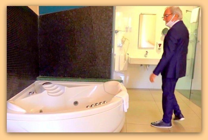 Ibis accoglie positivi Covid-19 : design di una sala da bagno