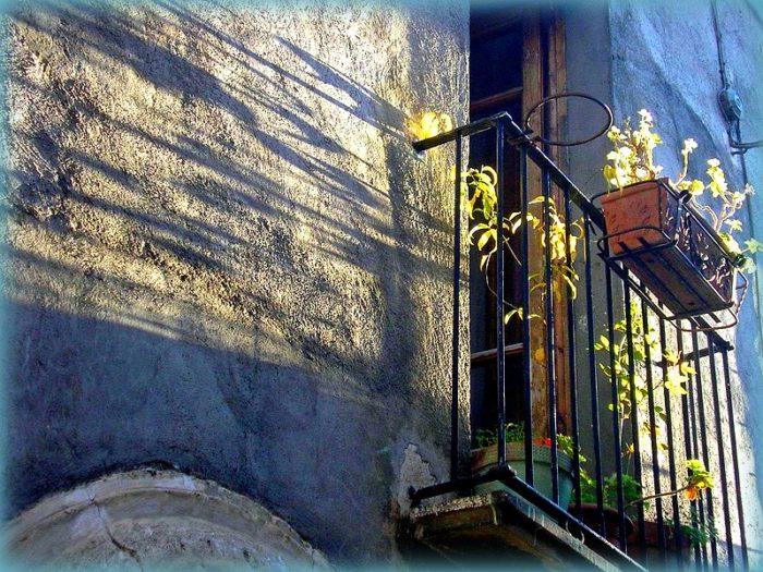 uno scatto d'autore di Franco Battaglia... un minuscolo balconcino al tramonto