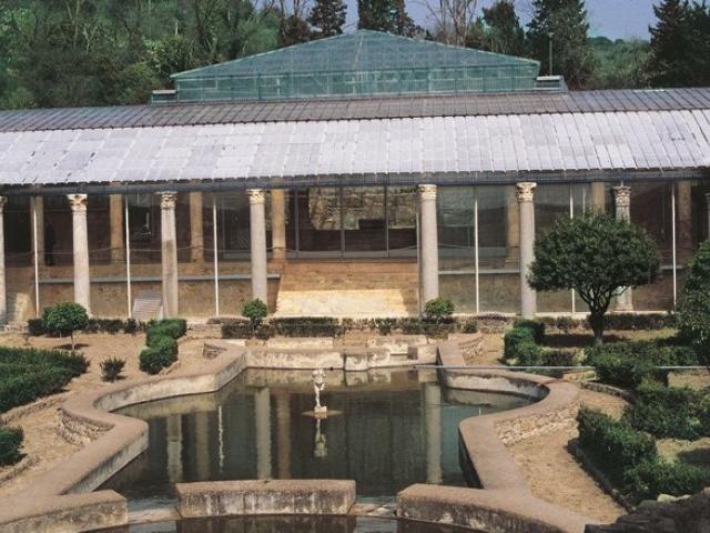 Il giardino con la grande vasca racchiuso nel peristilio quadrato