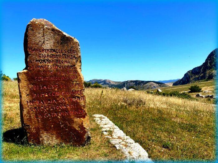 Stele con i nomi delle vittime di Portella delle Ginestre Foto Salvo Zappalà