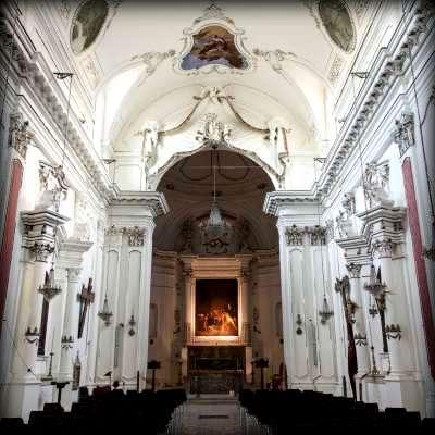 interno della chiesa della badia con il capolavoro sull'altare