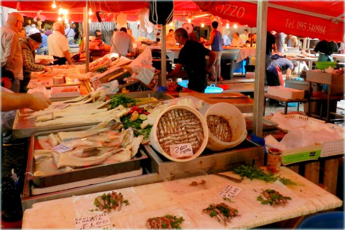 il colorato mercato della pescheria