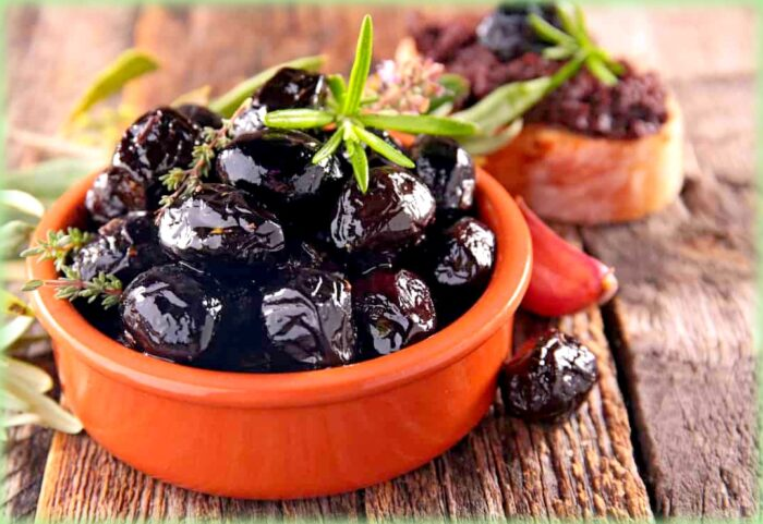 scacciata con i broccoli: le olive nere