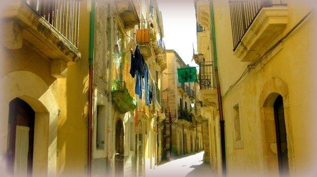 7 storie di fantasmi nella sicilia orientale: stradine di ortigia