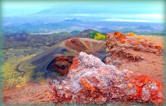 sciare e coni prima della sommità del vulcano etna