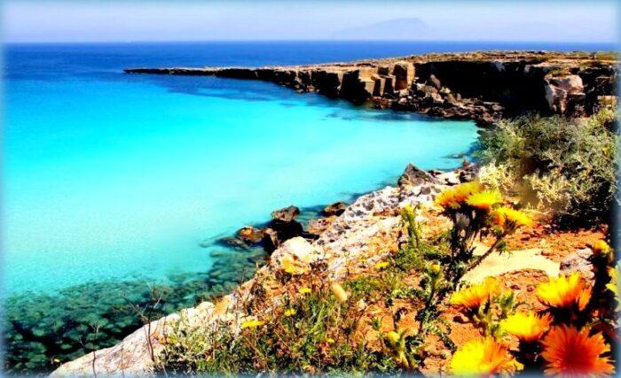 spiaggia di favignana nelle isole egadi