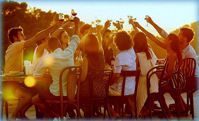 Vacanze per Associazioni e Cral: l'Estate 2021 in Sicilia è liberi di viaggiare! Un gruppo a cena