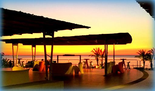 Le terrazze modernamente attrezzate del Resort Saracen si tingono del tramonto